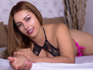 23 curvy latin female blonde hair green eyes SophieThomas chat room